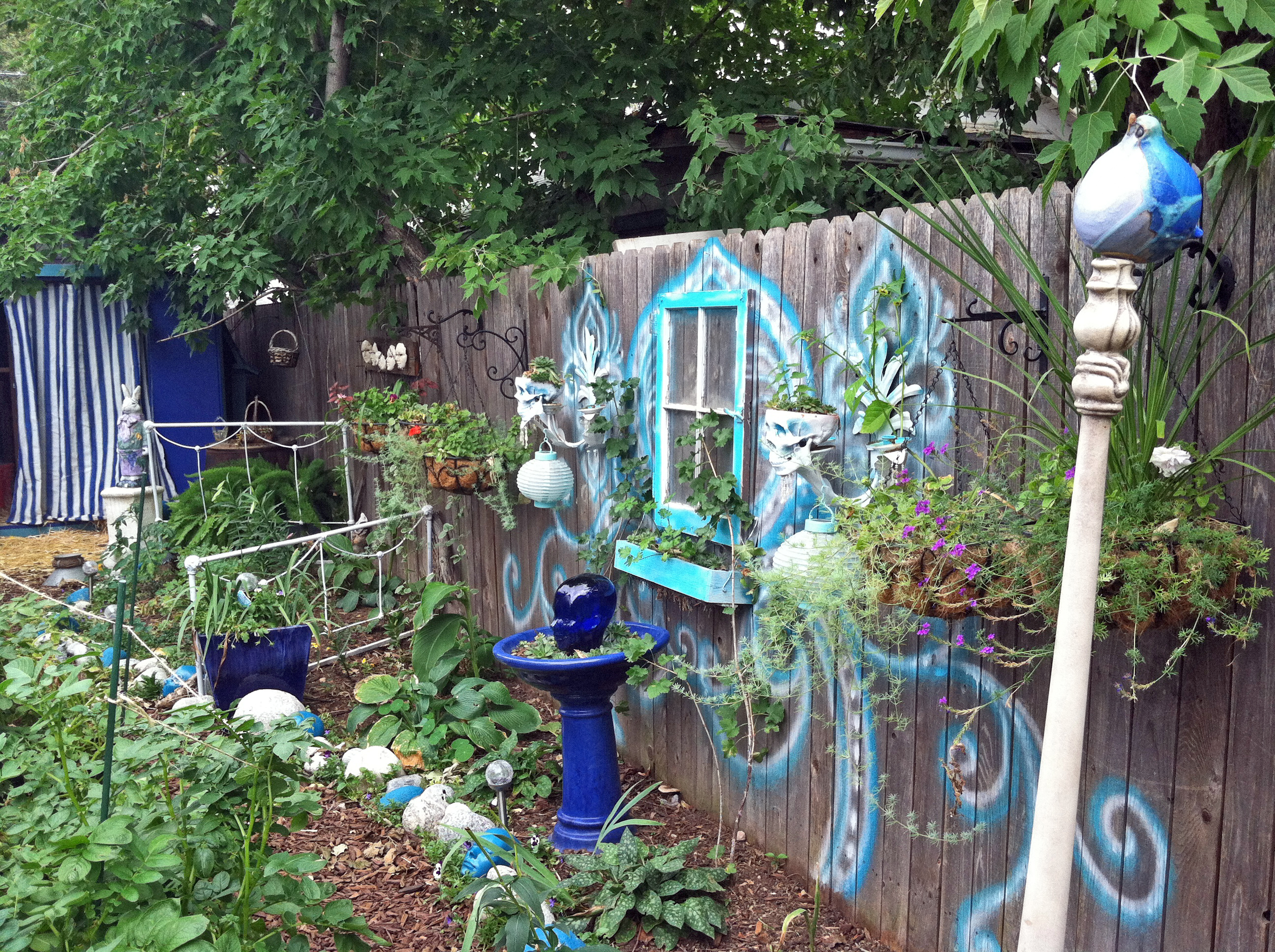 Glass yard art flowers - Part 2 Big Crazy Bohemian Garden It S Not Mine It S Tiffany